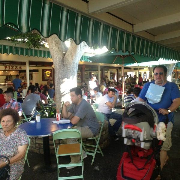 Das Foto wurde bei The Original Farmers Market von Tessalia S. am 8/24/2013 aufgenommen
