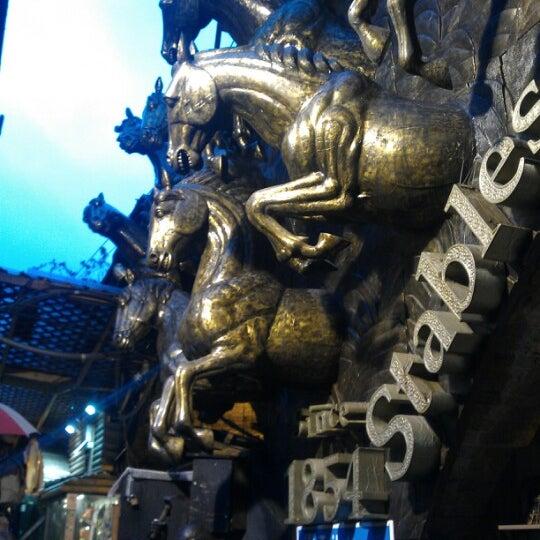 Foto tirada no(a) Camden Stables Market por Jesús D. em 12/20/2012