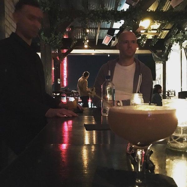 Foto diambil di Pearl's Liquor Bar oleh Jason S. pada 1/26/2016