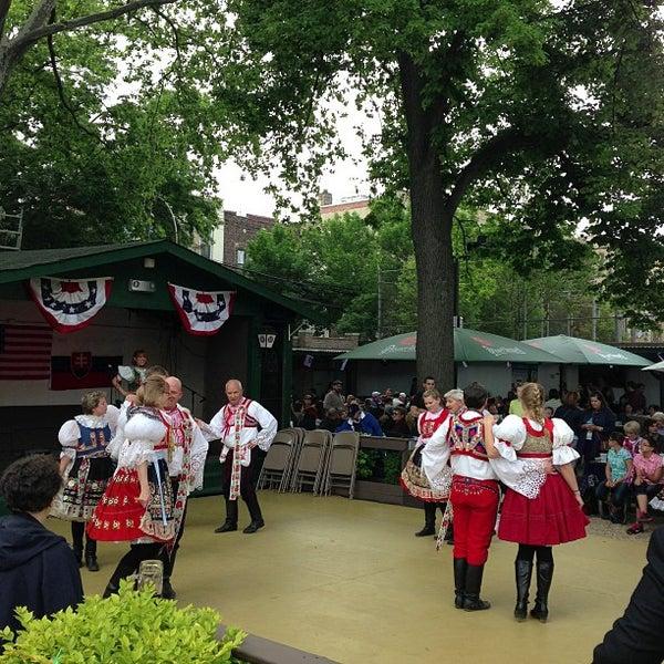 5/26/2013 tarihinde Daniel B.ziyaretçi tarafından Bohemian Hall & Beer Garden'de çekilen fotoğraf