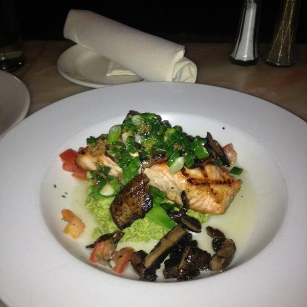 Foto tomada en Southridge Seafood Grill por Jasmine B. el 2/4/2013