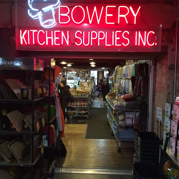 Das Foto wurde bei Bowery Kitchen Supplies von Carel K. am 5/5/2016 aufgenommen