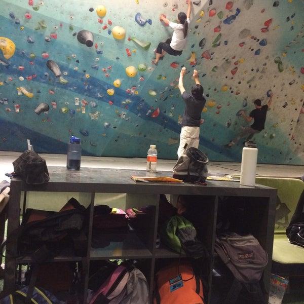 Foto tomada en Sender One Climbing, Yoga and Fitness por Kenji H. el 6/3/2015