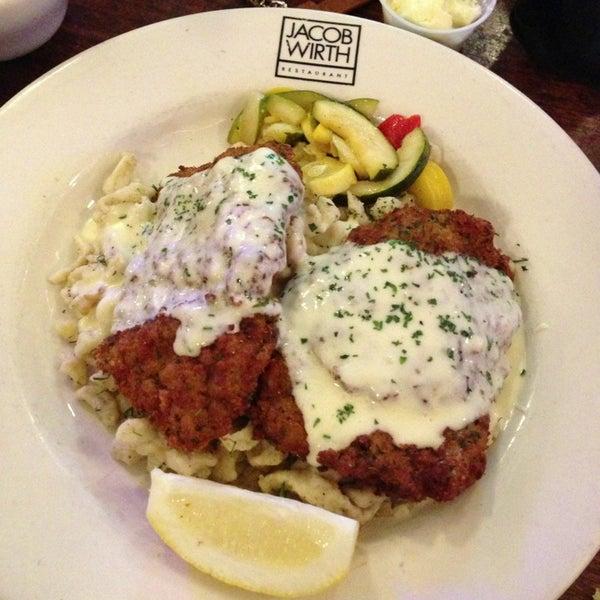 Foto tirada no(a) Jacob Wirth Restaurant por Michelle P. em 5/17/2013