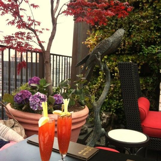 รูปภาพถ่ายที่ Upstairs โดย Gino H. เมื่อ 4/15/2012