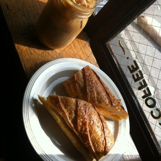 รูปภาพถ่ายที่ The West—Coffeehouse & Bar โดย Jackie B. เมื่อ 8/5/2012