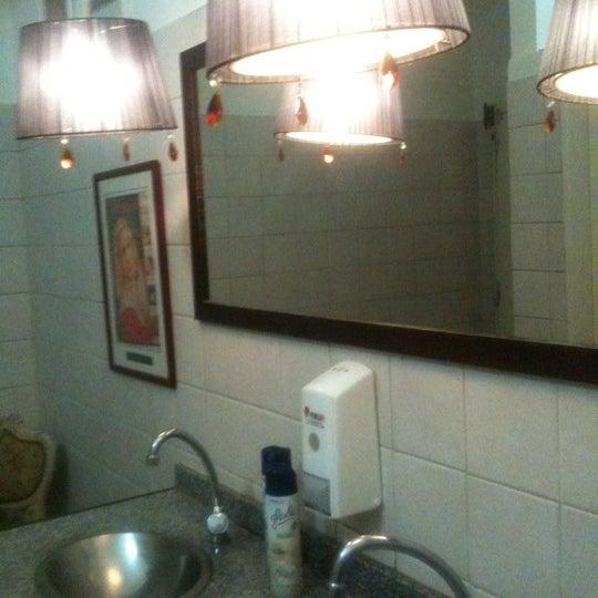 Lo Peor de la noche, subir al baño con olor a meo, inodoro con tapa plastica berreta y dos glade a modo de decoracion!??