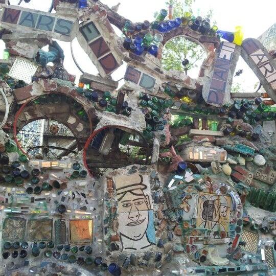 Foto scattata a Philadelphia's Magic Gardens da Emily Y. il 4/8/2012