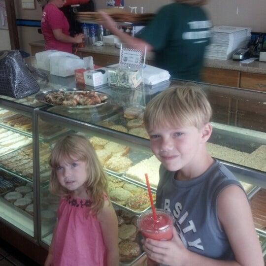 รูปภาพถ่ายที่ Cops & Doughnuts Bakery โดย Scott S. เมื่อ 8/12/2012
