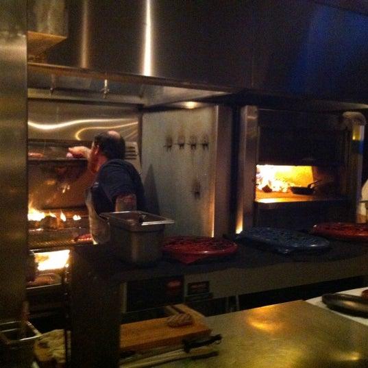 Foto tomada en Woodfire Grill por Michael L. el 4/1/2012