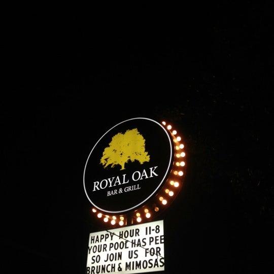 Das Foto wurde bei Royal Oak Bar and Grill von Laura A. am 8/5/2012 aufgenommen