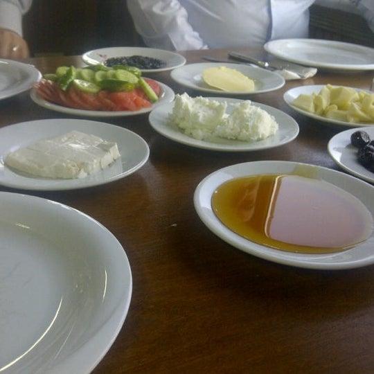 รูปภาพถ่ายที่ Cafer Usta Bolu Dağı Et Mangal โดย E T. เมื่อ 9/6/2012