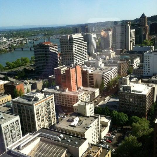 Foto tomada en Portland City Grill por babybuttons el 5/10/2012