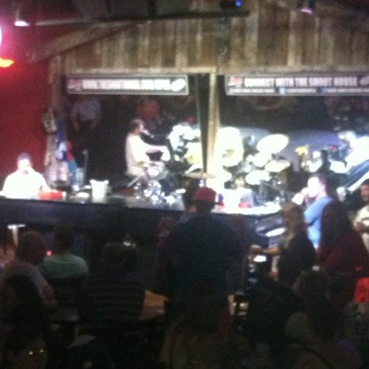 Das Foto wurde bei Shout House Dueling Pianos von Monica D. am 8/16/2012 aufgenommen