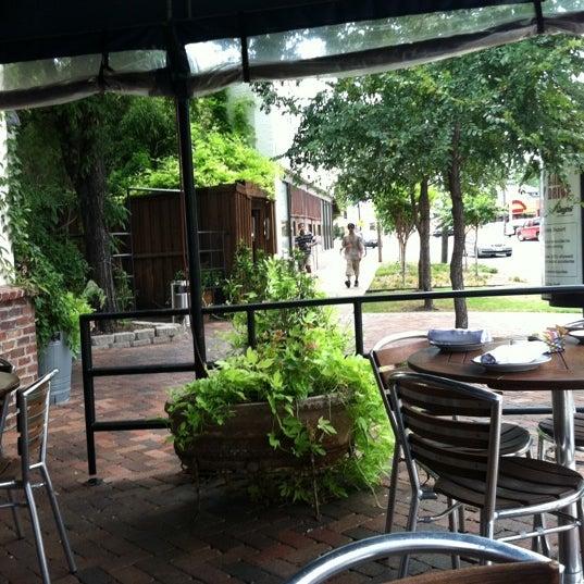 Foto tirada no(a) The Porch por Cheryl R. em 8/5/2012