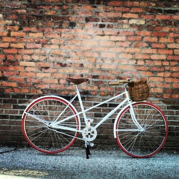 รูปภาพถ่ายที่ Heritage Bicycles โดย Heritage B. เมื่อ 4/27/2012