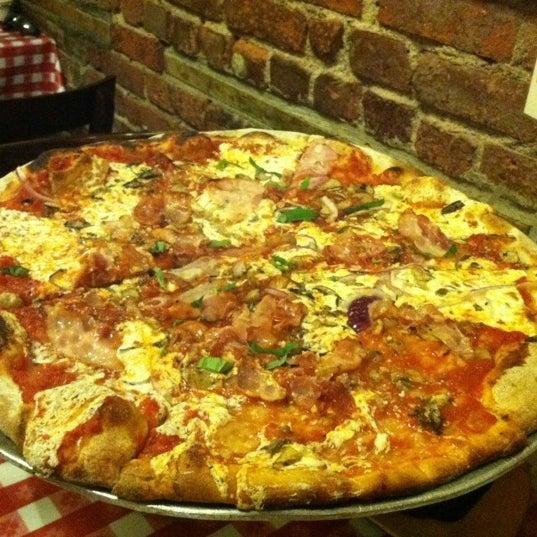 Das Foto wurde bei Lombardi's Coal Oven Pizza von Adriana M. am 7/14/2012 aufgenommen