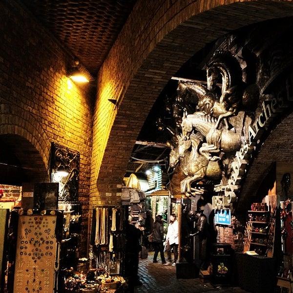 Foto tirada no(a) Camden Stables Market por Chris M. em 11/25/2011