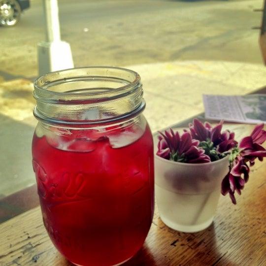 รูปภาพถ่ายที่ The West—Coffeehouse & Bar โดย Billy T. เมื่อ 4/15/2012