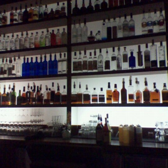 Foto diambil di The Corner Office Restaurant & Martini Bar oleh William Q. pada 11/5/2011