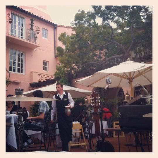 Снимок сделан в La Valencia Hotel пользователем Michael H. 5/13/2012