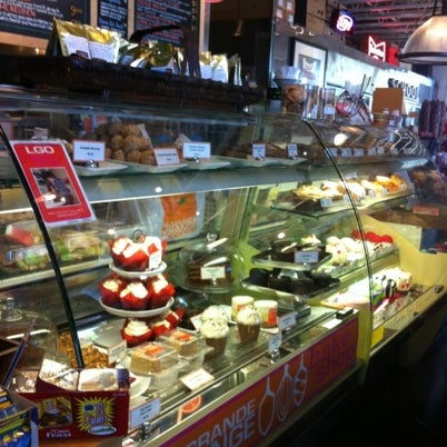 Photo prise au La Grande Orange Grocery & Pizzeria par Rebecca S. le7/18/2012
