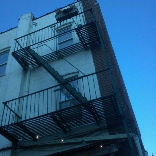 รูปภาพถ่ายที่ The West—Coffeehouse & Bar โดย Jeff S. เมื่อ 3/11/2012