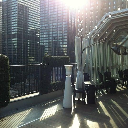 รูปภาพถ่ายที่ Upstairs โดย Alina T. เมื่อ 5/1/2012