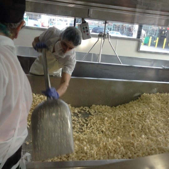 Das Foto wurde bei Beecher's Handmade Cheese von Felishia J. am 4/17/2012 aufgenommen