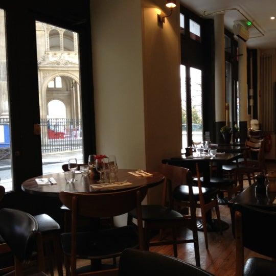 La table numéro 10 ronde vue sur le Louvre pour 4 pers est très sympa