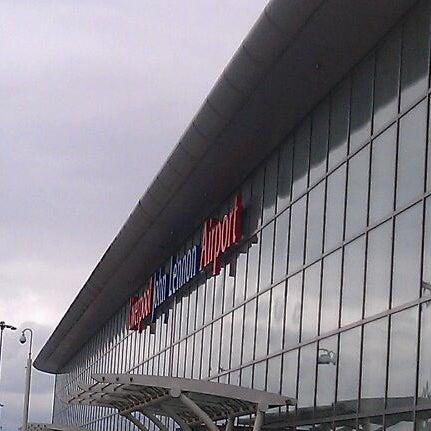 รูปภาพถ่ายที่ Liverpool John Lennon Airport (LPL) โดย Emiel H. เมื่อ 8/29/2011