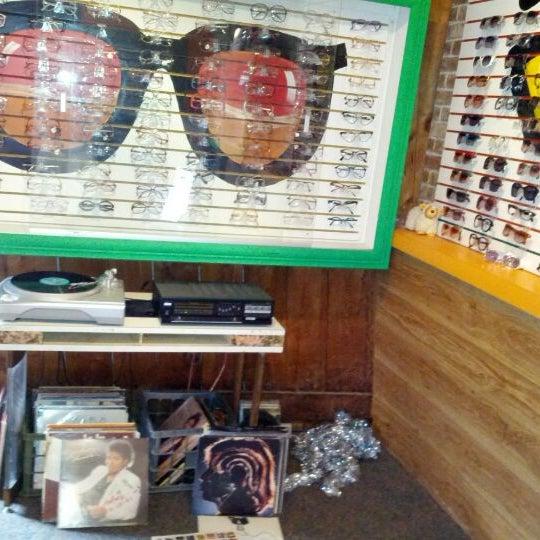 Photo prise au Smith's Opticians par Nicole B. le5/5/2012