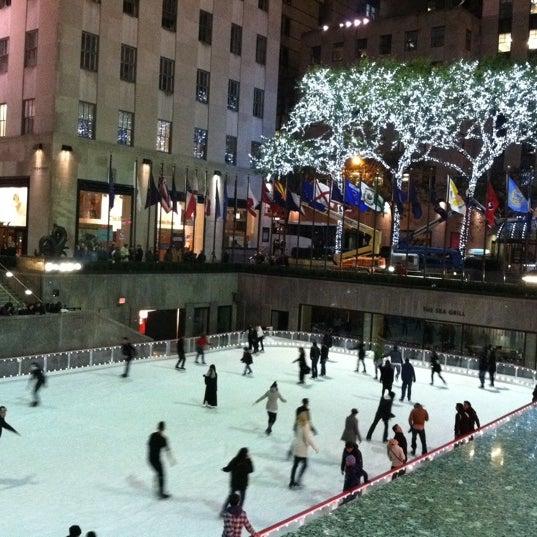 Das Foto wurde bei The Rink at Rockefeller Center von Catie am 10/31/2011 aufgenommen