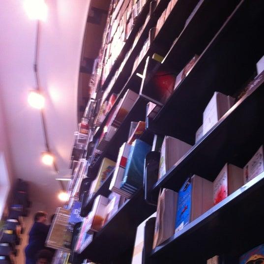 Foto tirada no(a) The American Book Center por Harry H. em 7/18/2012