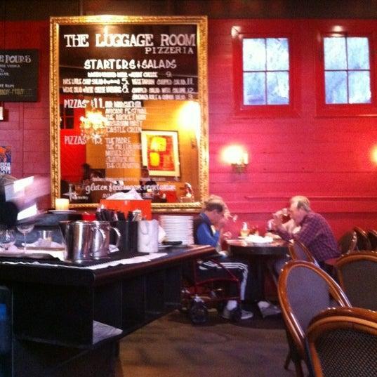4/26/2012 tarihinde Mo F.ziyaretçi tarafından The Luggage Room Pizzeria'de çekilen fotoğraf