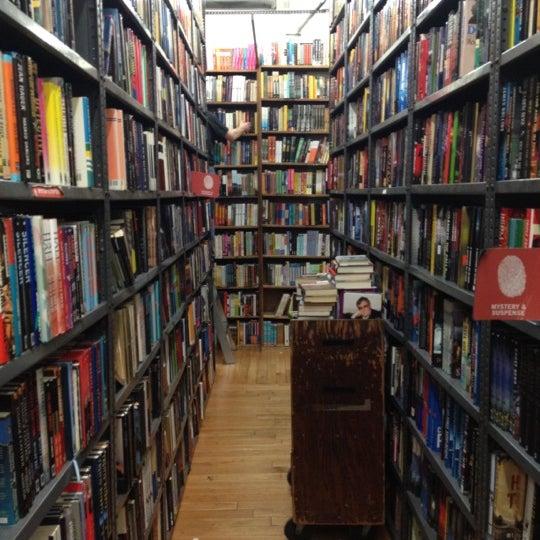 Das Foto wurde bei Strand Bookstore von Rina am 2/14/2012 aufgenommen