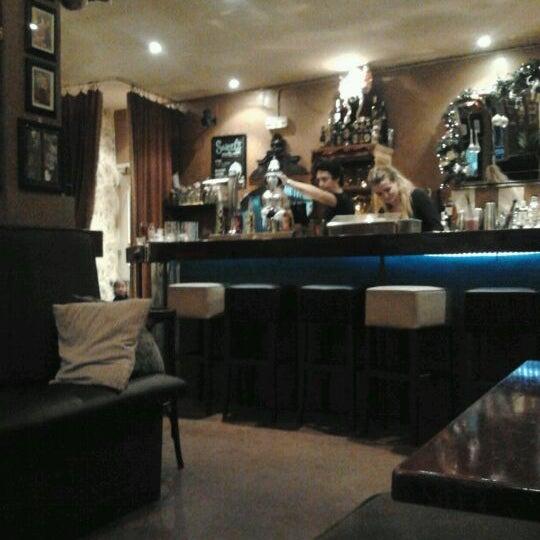 Foto scattata a Milk Bar & Bistro da Hans R. il 11/27/2011