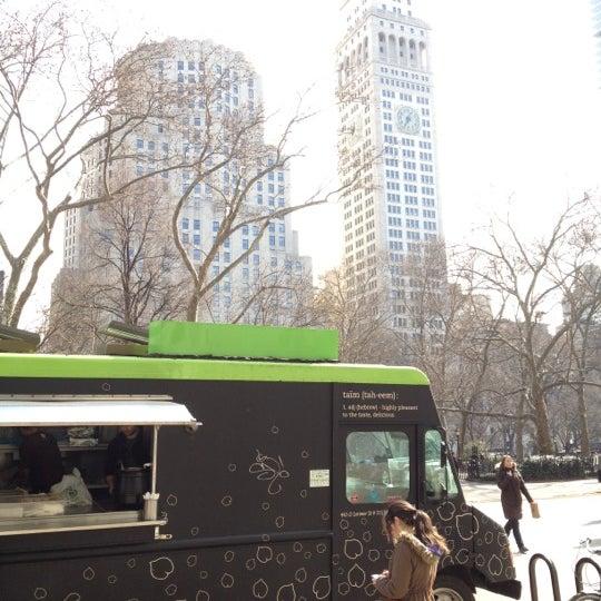 รูปภาพถ่ายที่ Taïm Mobile Falafel & Smoothie Truck โดย Jape เมื่อ 2/22/2012