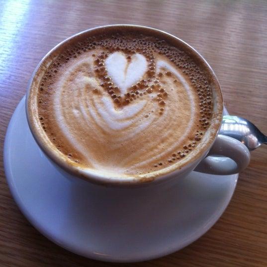 Foto tomada en Ports Coffee & Tea Co. por Alon K. el 8/23/2011