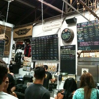 Foto tirada no(a) Hangar 24 Craft Brewery por Nikita H. em 7/19/2012