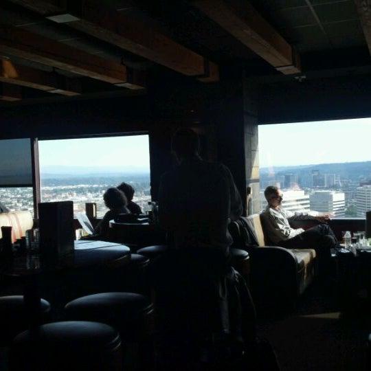 Foto tomada en Portland City Grill por Mike M. el 9/21/2011