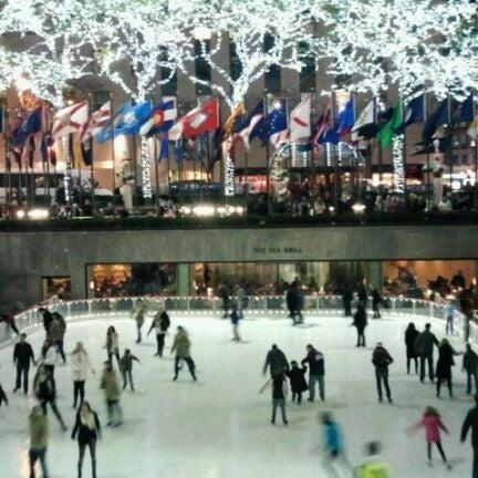 Das Foto wurde bei The Rink at Rockefeller Center von Terri L. am 11/19/2011 aufgenommen