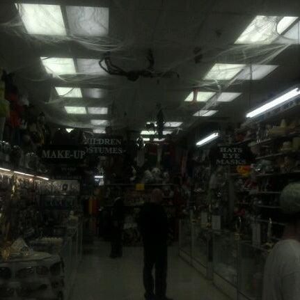 Das Foto wurde bei Hollywood Toys & Costumes von Shok am 3/18/2012 aufgenommen