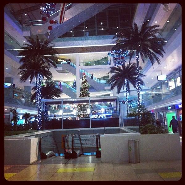 รูปภาพถ่ายที่ Athens Metro Mall โดย George P. เมื่อ 11/25/2011