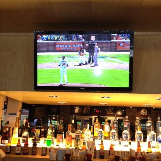 Foto tirada no(a) Huberts Sports Bar & Grill por Mike H. em 4/6/2012