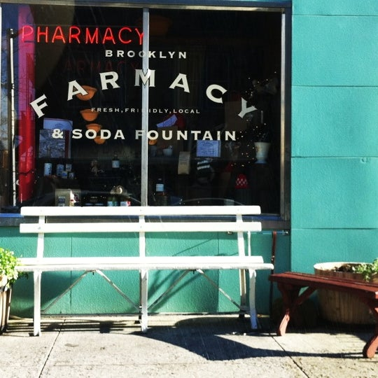 Photo prise au Brooklyn Farmacy & Soda Fountain par Lia K. le12/11/2011