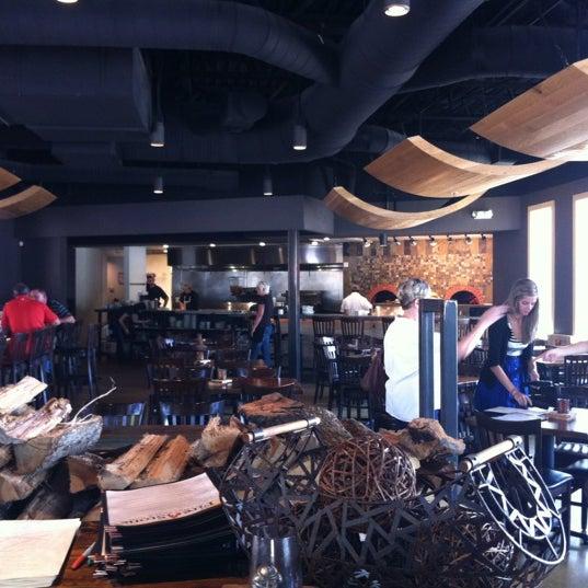 รูปภาพถ่ายที่ Fire Stone Wood Fired Pizza & Grill โดย Tim L. เมื่อ 6/22/2012