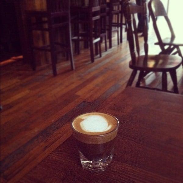 รูปภาพถ่ายที่ The West—Coffeehouse & Bar โดย Brad G. เมื่อ 8/16/2012