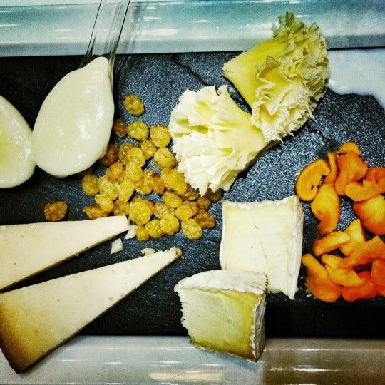 Foto scattata a Poncelet Cheese Bar da Angel J. il 12/17/2011