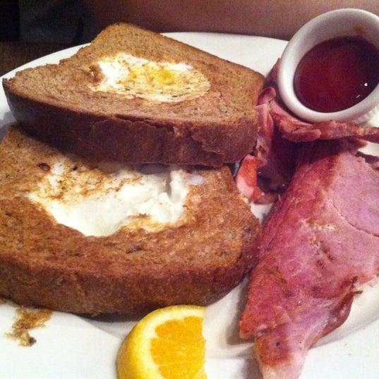 8/16/2012 tarihinde Jade L.ziyaretçi tarafından Good Enough to Eat'de çekilen fotoğraf